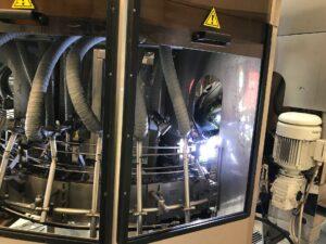 Spawacz w browarze Bosman spawa maszynę